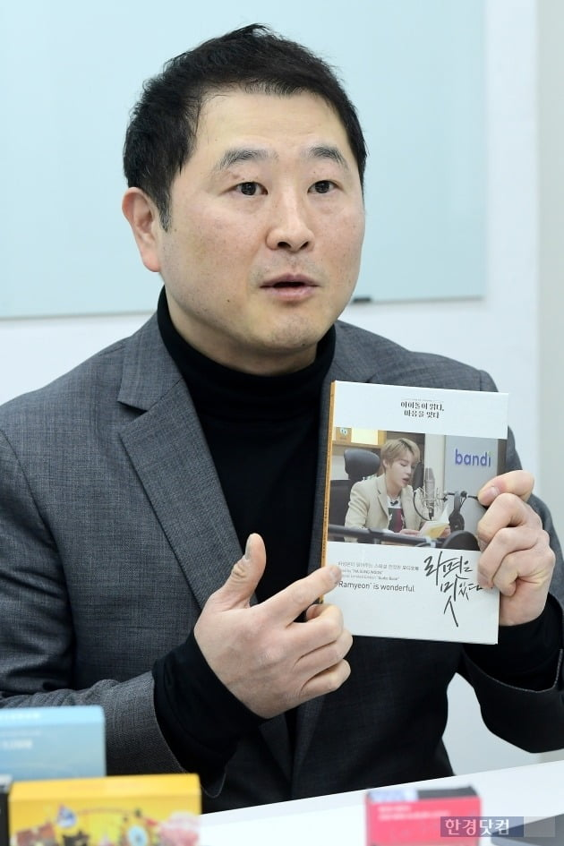 석철 뮤즈라이브 대표가 최근 발매된 오디오북 '라면은 멋있다'를 소개하고 있다. 오디오북 녹음엔 가수 하성운 씨가 참여했다. (사진  = 뮤즈라이브)