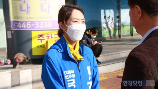 고민정 더불어민주당 서울 광진을 후보가 23일 지역구에서 선거 유세를 하고 있다. /사진=조상현 한경닷컴 기자 doyttt@hankyung.com