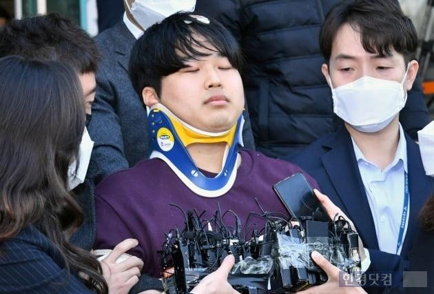 '검찰 송치' 조주빈 포토라인, 얼굴공개보다 주목받은 #손석희 #김웅 #블레임룩