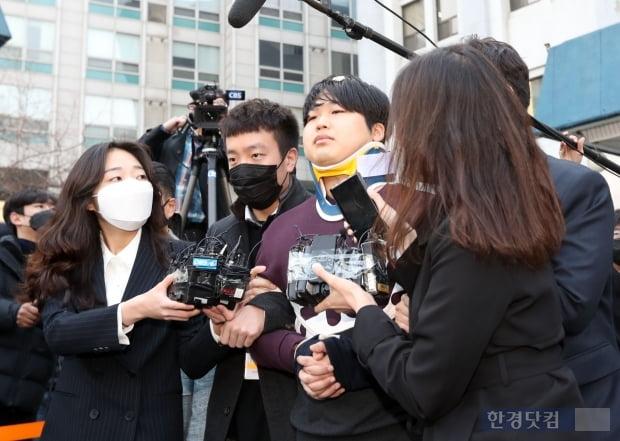 텔레그램에서 불법 성착취 영상을 제작, 판매한 n번방 사건의 주범 조주빈 씨가 25일 오전 서울 종로경찰서에서 검찰에 송치되기 위해 호송차량으로 향하고 있다.최혁 한경닷컴 기자 chokob@hankyung.com