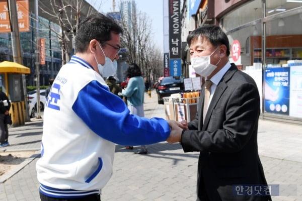 문석균 경기 의정부시갑 국회의원 무소속 후보가 30일 지지자와 인사를 나누고 있다. /사진=최혁 한경닷컴 기자 chokob@hankyung.com
