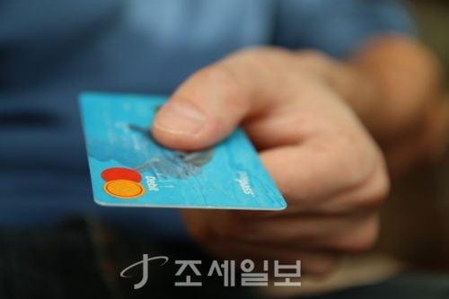 신용카드 소득공제율 높이고, 소규모 사업자 부가세 깎고