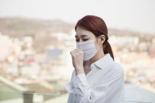 불가피한 상황을 제외하고는 마스크의 연속적인 장시간 착용은 피하고, 착용할 때에는 최소한의 화장품만 피부에 사용하는 것이 바람직하다. (사진=DB)