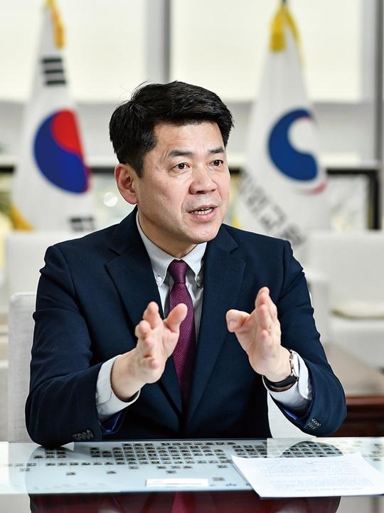 """""""한국 코로나19 대응법 세계가 주목…미·중 사이에서 발언권 커졌죠"""""""