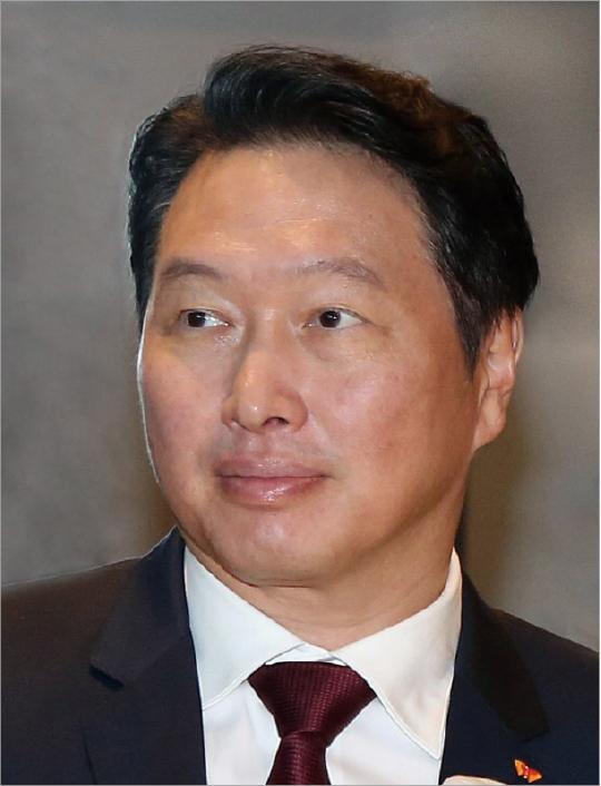 """최태원 SK 회장, """"버텨 보자는 식 태도 버리고 새 안전망 짜야"""""""