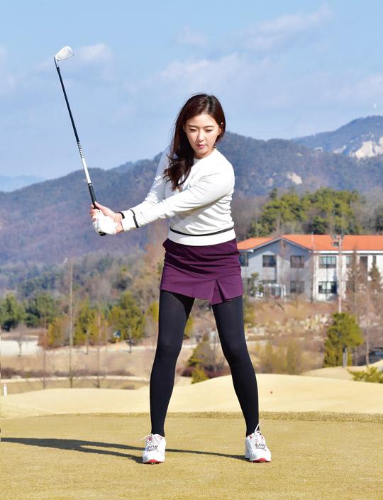[신나송의 골프 레슨] 왼손 끝 부분의 힘과 중심을 잘 유지하라