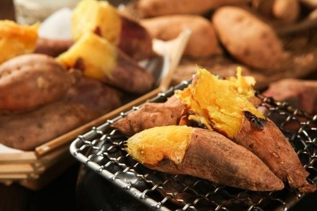 겨울철 대표 간식인 군고구마를 한여름에도 즐길 수 있게 됐다./사진=게티이미지