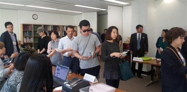 2017년 4월 25일 호주 시드니 총영사관에 마련된 제19대 대통령 선거 재외선거 투표소에 유권자들이 투표하고 있다/사진제공=연합뉴스