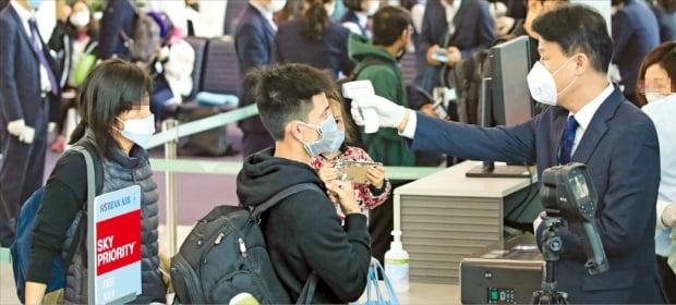 인천국제공항 제2터미널 탑승 게이트에서 지난달 28일 미국 로스앤젤레스(LA)행 비행기 탑승객들이 발열검사를 받고 있다. 대한항공은 신종 코로나바이러스 감염증(코로나19) 방역을 위해 체온이 37.5도 이상인 승객의 기내 탑승을 제한하고 있다.  /김영우 기자 youngwoo@hankyung.com
