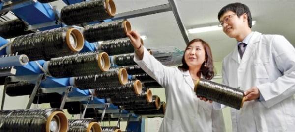 효성화학 직원들이 안양연구소에서 탄소섬유 제품을 확인하고 있다. 효성 제공