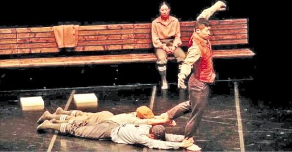 오는 6일 서울 대학로예술극장 대극장에서 관객 없이 공연하는 무용 '힛 앤 런'.