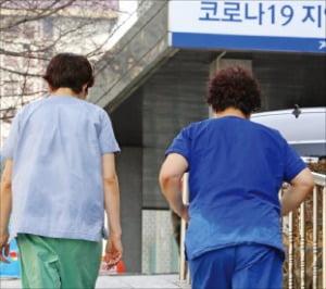 1일 오후 계명대 대구동산병원에서 업무를 마친 의료진의 옷이 땀으로 젖어 있다. 연합뉴스