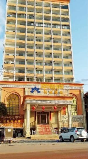 '차이나 머니'로 건설되고 있는 프놈펜의 한 고급 주상복합 건물. 프놈펜=박동휘 특파원