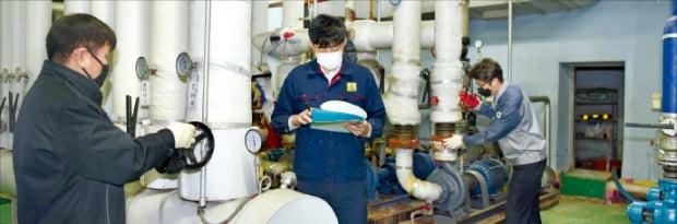 신종 코로나바이러스 감염증(코로나19) 사태 이후 마스크를 철저하게 착용한 뒤 근무하고 있는 인천 남동공단의 한 제조업체 근로자들.  인천상공회의소  제공