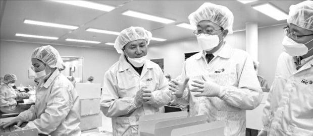 마스크 제조과정 보는 김현준 국세청장 정부가 지난달 25일부터 전국 마스크 제조·유통업체를 대상으로 일제 점검에 나선 가운데 김현준 국세청장(오른쪽 두 번째)이 2일 충북 음성의 한 마스크 제조업체를 방문해 제조 공정에 대한 설명을 듣고 있다.   국세청 제공