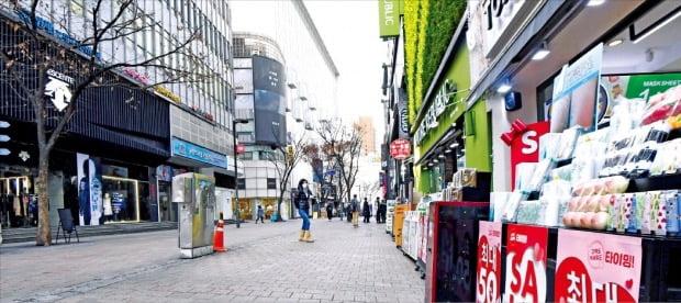 신종 코로나바이러스 감염증(코로나19)이 확산하면서 전국 주요 도시의 상권이 급속도로 얼어붙고 있다. 2일 서울 명동 거리도 관광객과 쇼핑객이 평소보다 크게 줄어 썰렁한 모습을 보였다.  신경훈 기자 khshin@hankyung.com