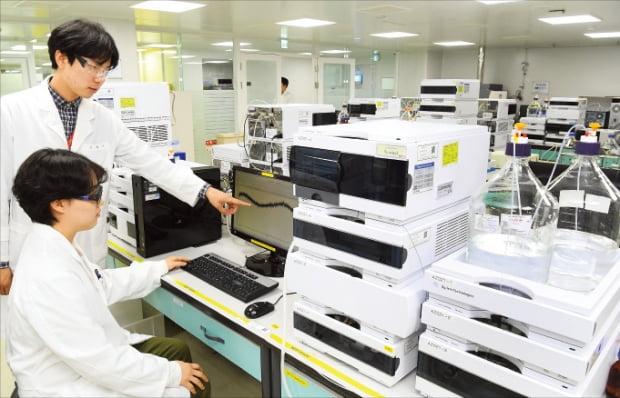 한미약품 평택 바이오플랜트에 근무하는 연구원들이 바이오의약품 품질검사를 하고 있다.  한경DB