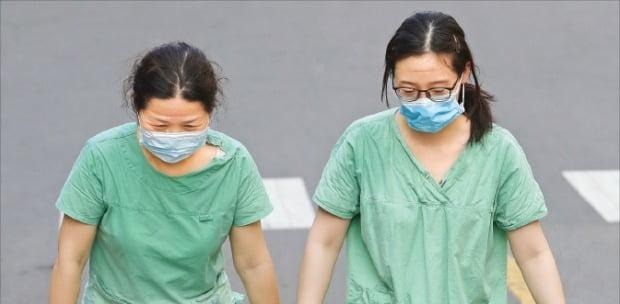 코로나19 환자가 입원 치료를 받고 있는 계명대 동산병원의 의료진이 2일 근무를 마치고 이동하고 있다. 대구 지역은 환자 폭증으로 병상과 의료진 부족에 시달리고 있다.  연합뉴스