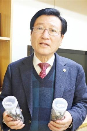 이용기 코반 대표가 김포 본사에서 페로몰리브데넘과 페로바나듐을 설명하고 있다.  /강준완  기자
