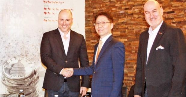 임종칠 삼성SDS 유럽법인장(왼쪽 두 번째)과 이갈 로템 크레도락스 대표(세 번째)가 지난 3일 이스라엘 헤르즐리야의 크레도락스 본사에서 업무 협약을 맺은 뒤 기념 사진을 찍고 있다.  /삼성SDS  제공