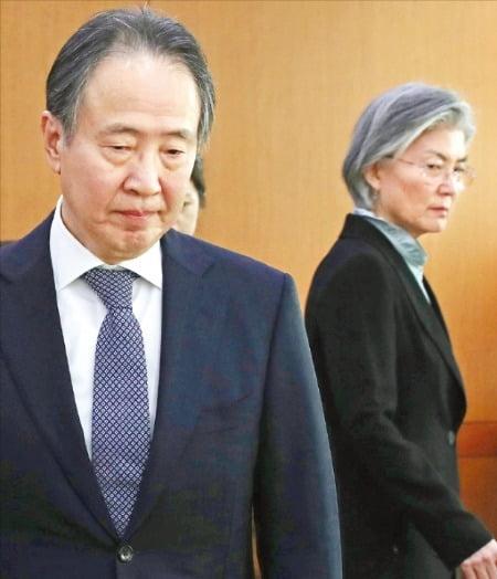 < 냉랭 > 강경화 외교부 장관(오른쪽)이 6일 서울 도렴동 외교부 청사로 도미타 고지 주한 일본대사(왼쪽)를 초치한 뒤 면담하기 위해 자리로 향하고 있다.  /신경훈 기자 khshin@hankyung.com