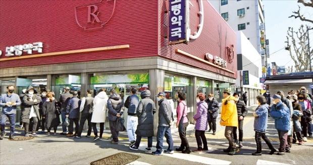 '마스크 5부제' 시행을 하루 앞둔 8일 서울 종로의 한 약국 앞에 마스크를 사려는 시민들이 길게 줄을 서 있다.  신경훈 기자 khshin@hankyung.com