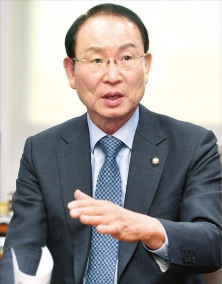 더불어민주당의 '경제통'으로 불리는 최운열 의원이 8일 한국경제신문과의 인터뷰에서 지난 6일 '타다금지법'의 국회 통과를 강력하게 비판했다.   신경훈 기자 khshin@hankyung.com