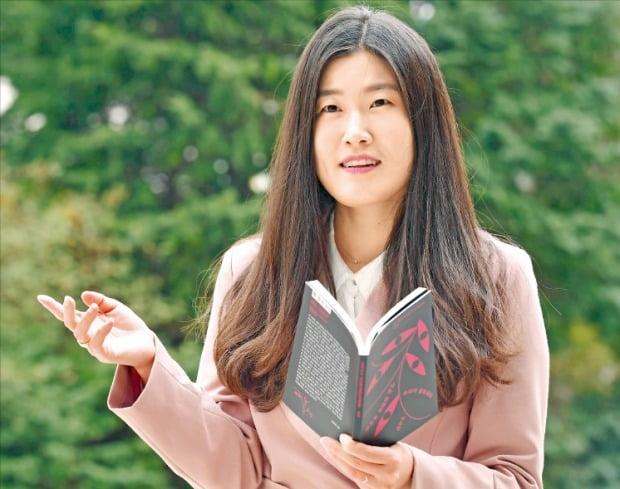 '2014 한경 신춘문예'를 통해 등단한 이소연 시인이 첫 번째 시집 《나는 천천히 죽어갈 소녀가 필요하다》에 대해 설명하고 있다. /김영우 기자 youngwoo@hankyung.com