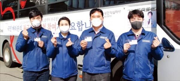 현대중공업그룹 임직원들이 헌혈에 참여한 뒤 기념촬영하고 있다.  현대중공업 제공