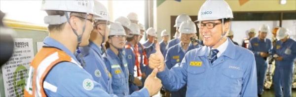 최정우 포스코 회장이 지난해 취임 1주년을 맞아 포항제철소의 2고로를 현장방문해 직원들과 대화하고 있다.  포스코 제공