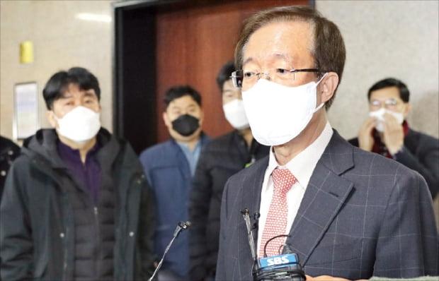 미래통합당 공천관리위원장 직무대행을 맡게 된 이석연 부위원장이 지난 14일 국회에서 기자들의 질문에 답하고 있다.  연합뉴스
