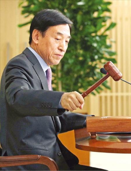 한국은행이 16일 임시 금융통화위원회를 열고 기준금리를 연 1.25%에서 연 0.75%로 0.5%포인트 낮췄다. 이주열 한은 총재가 금통위에서 의사봉을 두드리고 있다.  한국은행 제공