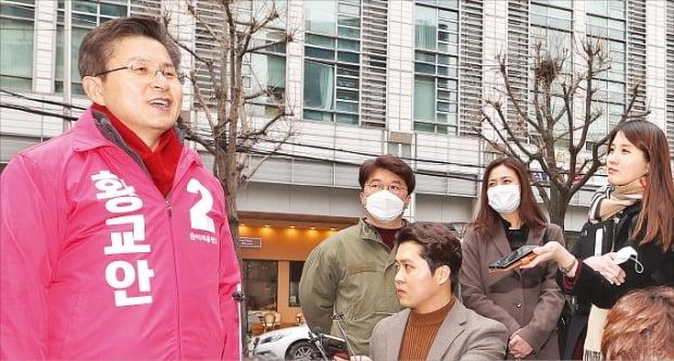 황교안 미래통합당 대표가 17일 서울 내자동 주한중국문화원 앞 거리에서 광화문광장 관련 공약을 발표하고 있다.  연합뉴스