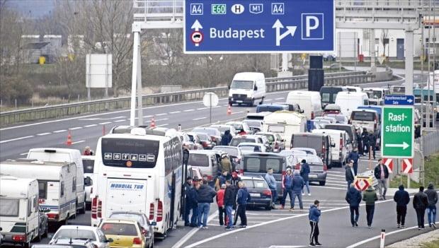 """""""이동 말라"""" 국경 막는 EU"""