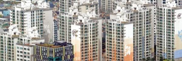 올해 서울 공동주택 공시가격이 13년 만의 최고치인 14.75% 상승했다. 공시가 인상으로 올해 종합부동세를 내야 하는 공동주택은 30만 가구를 넘어섰다. 공동주택 공시가격이 25%가량 오른 강남구 일대 아파트 단지.  한경DB