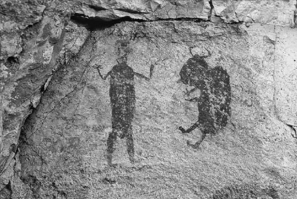 미국 텍사스주 밸러티 카운티에서 발견된 선사시대 그림문자. 인디언과 들소가 그려져 있다.  글항아리 제공