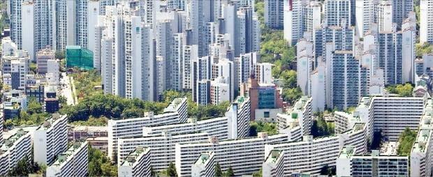 코로나19 사태로 주택 가격 하락이 가시화하면서 공시가격과 실거래가격이 역전할 수 있다는 우려가 나온다. 올해 공시가격이 40% 가까이 오른 서울 강남 아파트 단지. /한경DB