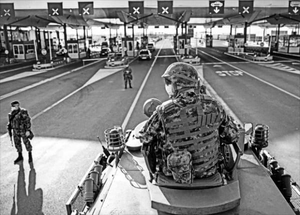 < 코로나 막아라…장갑차까지 동원 > 18일(현지시간) 세르비아 군인이 장갑차에 탄 채로 세르비아와 크로아티아의 국경 지대를 감시하고 있다. 전 세계적으로 코로나19가 빠르게 확산하자 세르비아에서는 불법이민 등을 막기 위해 군이 직접 국경을 통제하고 있다. 로이터연합뉴스