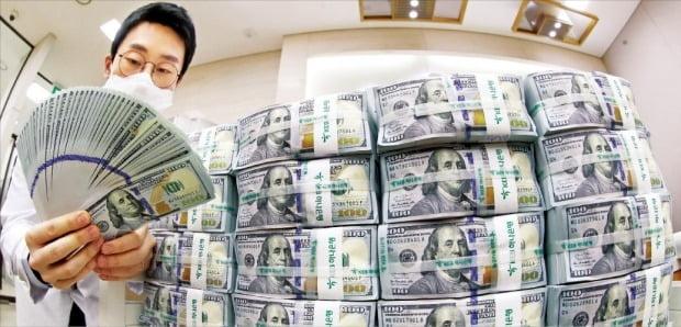원·달러 환율이 11년 만에 최고치로 급등한 19일 하나은행 직원이 서울 을지로 본점 위변조대응센터에서 달러화를 정리하고 있다.  /연합뉴스