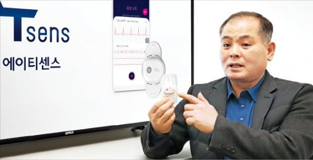 정종욱 에이티센스 대표가 경기 성남시 분당에 있는 회사 사무실에서 자사의 패치형 심전도 측정기 '에이티패치'를 들고 성능을 설명하고 있다.