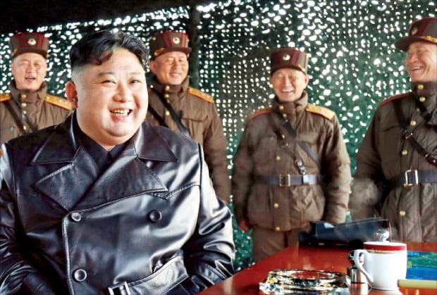 김정은 북한 국무위원장이 지난 21일 '북한판 에이태킴스(ATACMS)'로 추정되는 전술유도무기 시범사격을 참관했다고 조선중앙통신이 22일 보도했다. 김정은이 현장을 보며 웃고 있다.  연합뉴스