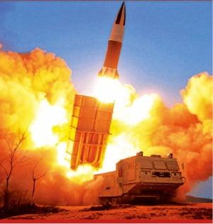 북한이 발사한 신형 전술 지대지 미사일.