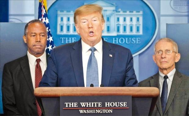 """도널드 트럼프 미국 대통령이 21일(현지시간) 백악관에서 코로나19 관련 기자회견을 하고 있다. 그는 이날도 코로나19를 '중국 바이러스'로 부르면서 """"우리는 중국이 코로나19에 대해 공개적으로 밝히기 전까지 모르고 있었다""""고 말했다.  AFP연합뉴스"""