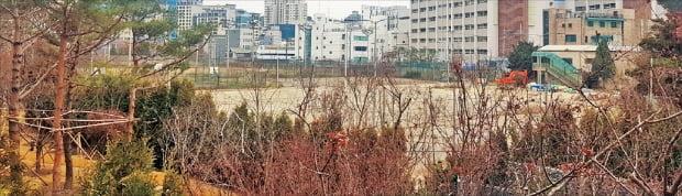 서울시가 1999년 위헌 판결에 따라 도시공원에서 해제되는 사유지를 다시 규제하기로 하면서 논란이 커지고 있다. 해제되는 공원 중 한 곳인 용산구 한남동 한남근린공원 일대.  한경DB