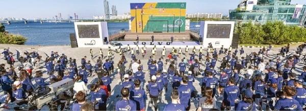볼보자동차코리아의 친환경 달리기 행사인 '헤이, 플로깅' 참가자들이 준비 운동을 하고 있다.  볼보자동차코리아 제공