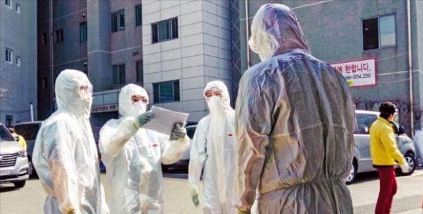 대구 수성구보건소 앞에서 공중보건의들이 이동검진을 위해 방호복을 입고 준비하고 있다.   김형갑 공중보건의 제공