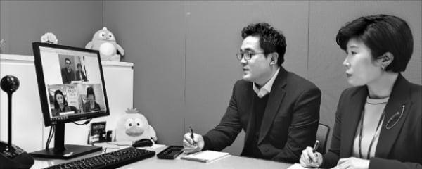 24일 서울 농협은행 대치동지점에서 자산관리 전문가들이 고객과 화상상담을 하고 있다.