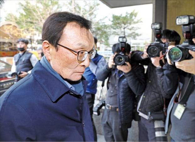 이해찬 더불어민주당 대표가 24일 비례연합정당인 더불어시민당에 불출마 의원을 파견하는 회의에 참석하기 위해 서울 여의도 당사로 들어서고 있다.  뉴스1