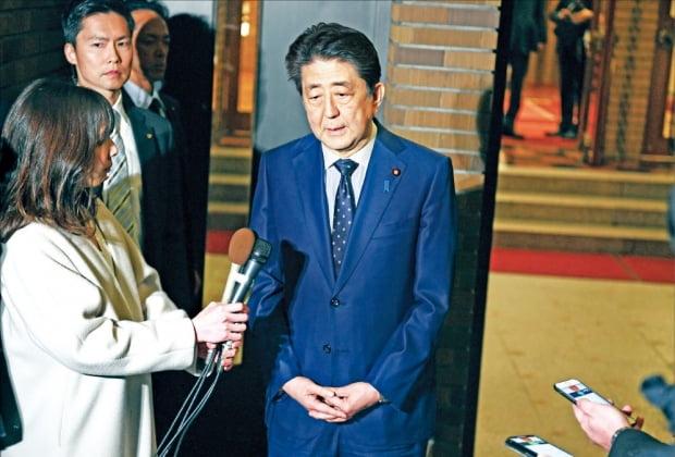 < 침통한 아베 >  아베 신조 일본 총리가 24일 총리관저에서 기자들에게 도쿄올림픽 1년 연기 결정과 관련해 설명하고 있다.  AP연합뉴스
