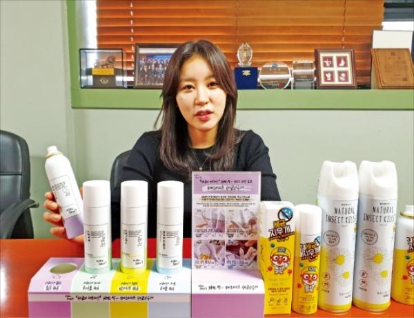 최유나 대표가 서울 목동 본사에서 세균지우개 등 주력 제품의 마케팅 방안에 대해 설명하고 있다.